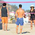 Alessandra Ambrosio sur la plage à Los Angeles profite du beau temps le 15 juillet 2012
