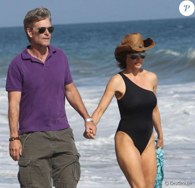 Lisa Rinna et Harry Hamlin en balade sur une plage de Malibu, le 14 juillet 2012.