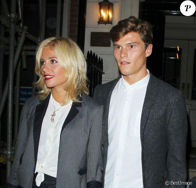 Pixie Lott et son boyfriend Oliver Cheshire le 17 juillet 2012 devant le Morton's Club, à Londres, où se déroulait un dîner organisé par Johnnie Walker Blue Label.