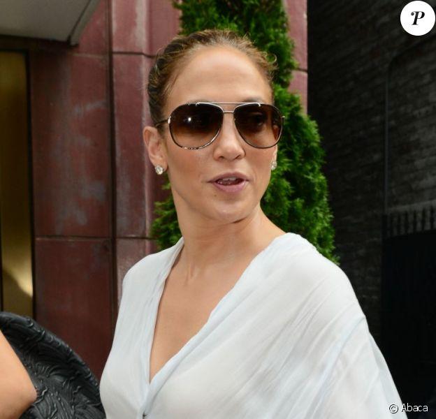 Jennifer Lopez garde le moral et le sourire malgré une météo pas franchement joyeuse. New York, le 23 juillet 2012.