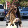 Selena Gomez sort de chez Ralph's pour prendre un repas à emporter après s'être rendu chez Velvet Hands pour une manicure et une pédicure. Los Angeles, le 24 juillet 2012.