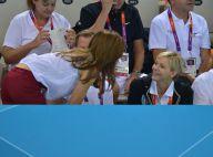 JO - Les princesses Charlene et Mary en forme olympique au bord de la piscine