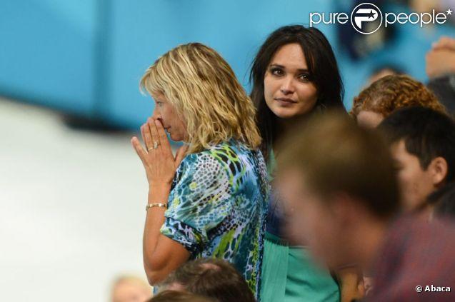 Valérie Bègue, enceinte, et Martine Lacourt totalement abattues à l'Aquatics Centre de Londres, le 30 juillet 2012 : Camille Lacourt, leur champion, est foudroyé, échoué à la 4e place de la finale du 100m dos des Jeux olympiques.