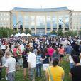Des proches des victimes et des anonymes rassemblés devant la mairie d'Aurora où a eu lieu le massacre lors de la séance de The Dark Knight Rises le 20 juillet 2012