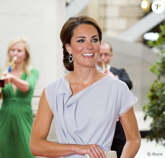 Kate Middleton, dans une robe Roksanda Ilincic, lors de la réception Creative Industries organisée par le Founders Forum et pour la campagne gouvernementale GREAT, à l'Académie royale des arts de Londres, le 30 juillet 2012, en marge des JO.