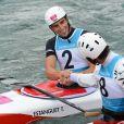 Tony Estanguet félicité par le Japonais Takuya Haneda après être devenu champion olympique pour la troisième fois à Londres le 31 juillet 2012