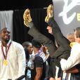 Teddy Riner et les chaussures dorées de son entraîneur, le 3 août 2012 au Club France après sa victoire exceptionnelle en finale des Jeux olympiques de Londres
