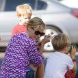 Entourée de ses fils, Julie Bowen à Studio City, Los Angeles, le 5 août 2012