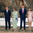 Le roi Juan Carlos Ier d'Espagne, entouré de sa femme la reine Sofia, de son fils le prince Felipe et de sa belle-fille la princesse Letizia, offrait le 8 août 2012 au palais de la Almudaina le traditionnel dîner pour les autorités des îles Baléares dans le cadre des vacances d'été de la famille royale à Palma de Majorque.