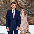 En présence de Felipe Letizia, le roi Juan Carlos Ier d'Espagne, avec sa femme la reine Sofia, offrait le 8 août 2012 au palais de la Almudaina le traditionnel dîner pour les autorités des îles Baléares dans le cadre des vacances d'été de la famille royale à Palma de Majorque.