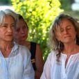Obsèques du journaliste français Michel Polac, dans le village de Cabrerolles, le 10 août 2012 - La femme du journaliste Nadia et sa fille Juliette se sont soutenues dans cette épreuve