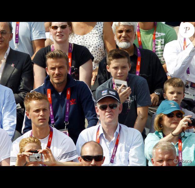 Entouré de ses trois garçons, Cruz, Romeo et Brooklyn, David Beckham assiste la finale de BMX dans le cadre des Jeux Olympiques de Londres au parc olympique de Stratford, le vendredi 10 août 2012.