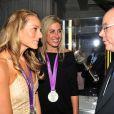 Le prince Albert de Monaco, ici avec Jennifer Kessy et April Ross, Américaines médaillées d'argent en beach-volley, donnait le 9 août 2012 à la Maison de Monaco à Londres, en marge des JO, une grande 'Soirée olympique'.