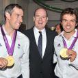 Le prince Albert de Monaco, ici entre Etienne Stott et Tim Baillie, donnait le 9 août 2012 à la Maison de Monaco à Londres, en marge des JO, une grande 'Soirée olympique'.