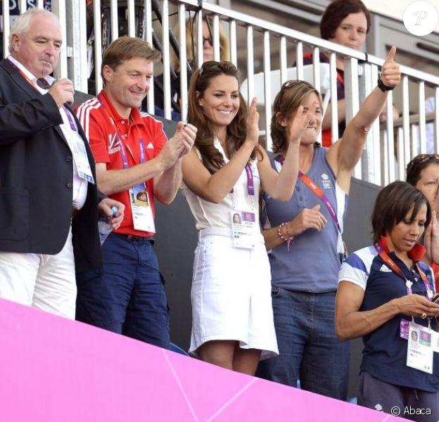 Kate Middleton, sexy dans une tenue blanche style tenniswoman mais plus que jamais fan de hockey, son sport de prédilection, a eu l'occasion de bondir de joie une foie de plus aux JO de Londres, vendredi 10 août 2012, grâce à la médaille de bronze décrochée par les hockeyeuses britanniques face à la Nouvelle-Zélande.