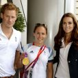 Kate Middleton et le prince Harry en visite au Team GB au village olympique le 9 août 2012 lors des JO de Londres.