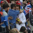 Renaud Lavillenie dans les bras de son frère Valentin après avoir reçu le 11 août 2012 aux JO de Londres sa médaille d'or, champion olympique de saut à la perche. Le Français est devenu vendredi 10 août 2012 aux JO de Londres le premier champion olympique de l'athlétisme français depuis Jean Galfione en 1996, en remportant le concours de saut à la perche avec une barre à 5m97.