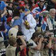 Renaud Lavillenie, champion olympique de saut à la perche, dans les bras de sa compagne Anaïs Poumarat avec sa médaille d'or aux JO de Londres le 11 août 2012. Le Français est devenu vendredi 10 août 2012 aux JO de Londres le premier champion olympique de l'athlétisme français depuis Jean Galfione en 1996, en remportant le concours de saut à la perche avec une barre à 5m97.