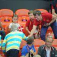 Le roi Carl XVI Gustaf de Suède et la reine Silvia n'ont pas manqué, fair-play, de saluer la famille royale danoise après la victoire des handballeurs suédois en quart de finale du tournoi olympique le 8 août 2012