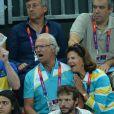 Le roi Carl XVI Gustaf de Suède et la reine Silvia complètement pris dans l'ambiance lors de la finale de handball masculin France-Suède aux Jeux olympiques de Londres le 12 août 2012.