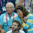 Aïe... Le roi Carl XVI Gustaf de Suède et la reine Silvia lors de la finale de handball masculin France-Suède aux Jeux olympiques de Londres le 12 août 2012.
