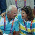 Très complices, le roi Carl XVI Gustaf de Suède et la reine Silvia lors de la finale de handball masculin France-Suède aux Jeux olympiques de Londres le 12 août 2012.