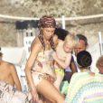 Lilly Kerssenberg s'occupe d'Amadeus alors qu'elle prend le bateau avec son mari Boris Becker en vacances en famille à Formentera le 13 août 2012