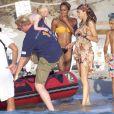 Boris Becker porte son petit Amadeus pour l'installer sur le bateau aux côtés de sa femme Lilly Kerssenberg en vacances en famille à Formentera le 13 août 2012