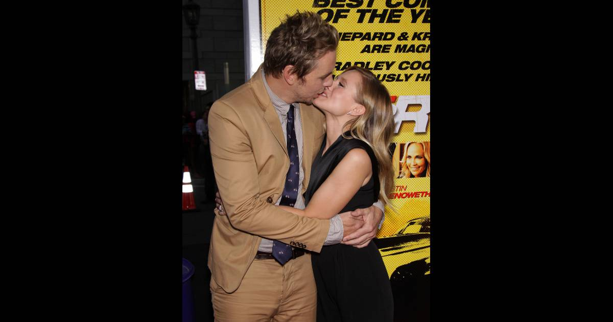 kristen bell un doux baiser pour son fianc dax shepard purepeople. Black Bedroom Furniture Sets. Home Design Ideas