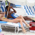 Doutzen Kroes profite de son mari Sunnery James sur une belle plage de Miami beach. Le 16 août 2012
