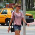 Doutzen Kroes à Miami profite d'une balade en solo le 16 août 2012