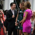 Kevin Jonas et sa femme Danielle accueillis par Maria Menounos à The Grove, à Los Angeles, le 16 août 2012, pour promouvoir l'émission de télé réalité Married to Jonas dédiée à leur union et leur vie de couple ainsi qu'à la reformation des Jonas Brothers.