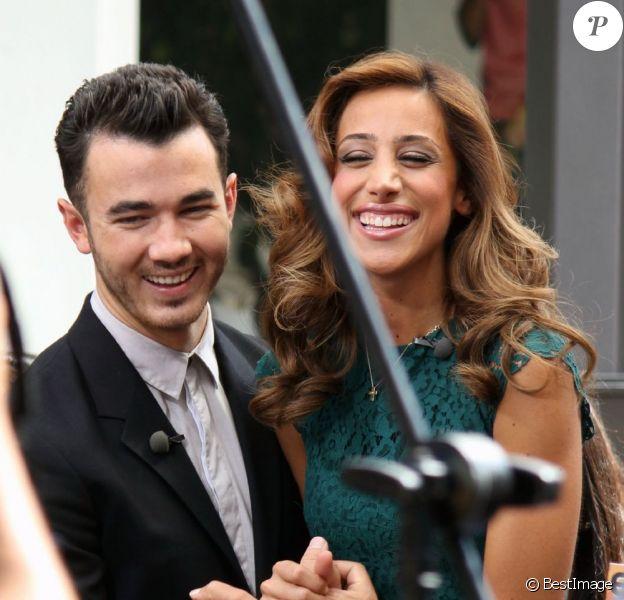 Kevin Jonas et sa femme Danielle à The Grove, à Los Angeles, le 16 août 2012, pour promouvoir l'émission de télé réalité Married to Jonas dédiée à leur union et leur vie de couple ainsi qu'à la reformation des Jonas Brothers.