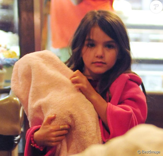 Suri Cruise, une poupée dans les bras, fait du shopping dans les rues de New York, le 20 août 2012