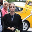 Leighton Meester en peignoir sur une robe de soirée attend de pouvoir tourner une scène de Gossip Girl le 21 août 2012 à Manhattan