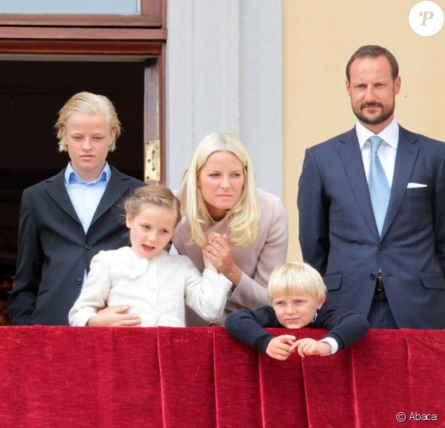 Marius Borg et la famille royale en mai 2012 lors des célébrations du 75e anniversaire du roi Harald V et de la reine Sonja. Marius Borg, le fils de 15 ans de la princesse Mette-Marit de Norvège, a été prié d'arrêter de publier des photos personnelles sur Internet, notamment via Instagram, pour des raisons de sécurité.