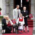 Haakon, Mette-Marit, Sverre, Ingrid et Marius lors de la Fête nationale de Norvège, en mai 2012.   Marius Borg, le fils de 15 ans de la princesse Mette-Marit de Norvège, a été prié d'arrêter de publier des photos personnelles sur Internet, notamment via Instagram, pour des raisons de sécurité.