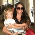 Alanis Morissette avec son compagnon et leur fils Ever à l'aéroport de Los Angeles, le 23 août 2012.