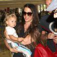 Alanis Morissette avec son compagnon et leur fils à l'aéroport de Los Angeles, le 23 août 2012.