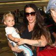 Alanis Morissette et son fils Ever à l'aéroport de Los Angeles, le 23 août 2012.