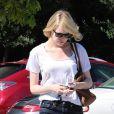 Emma Stone, habillée d'un top blanc, d'un jean brut et de bottines Rag & Bone à Los Angeles. Le 29 août 2012.