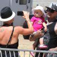 Pink prend en photo son compagnon Carey Hart et leur fille Willow à Malibu, le dimanche 2 septembre 2012.