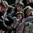Jessica Chastain avec Nikolaj Coster-Waldau et les enfants dans  Mama  d'Andres Muschietti.