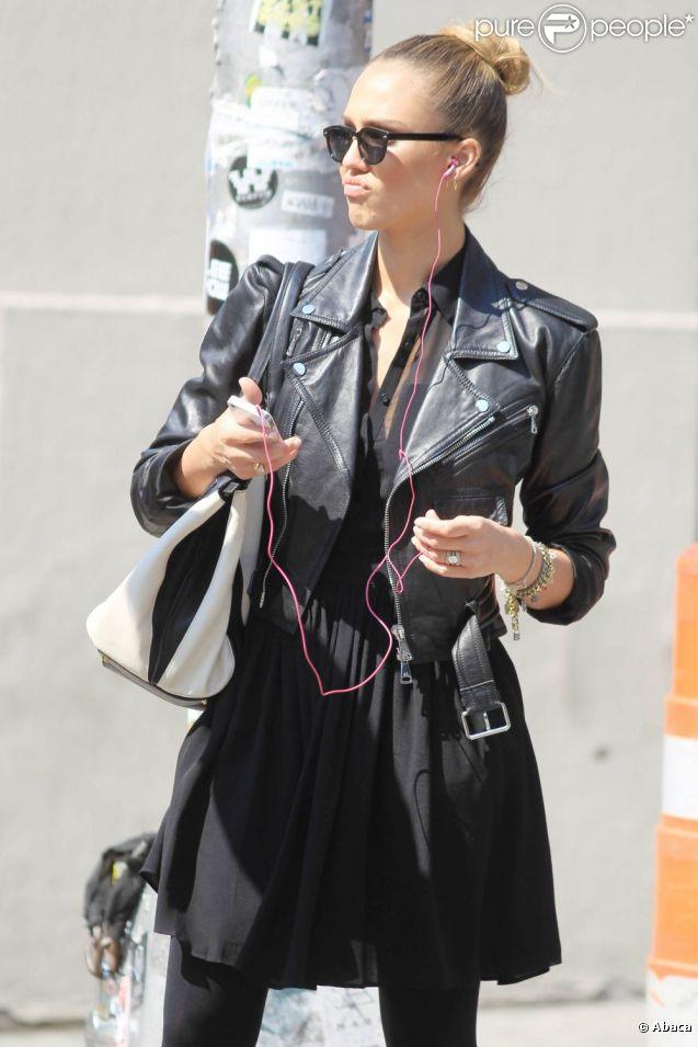 Jessica Alba choisit un total look noir pour rayonner à New York. Un chignon de danseuse vient twister son look sombre. Une allure superbe !
