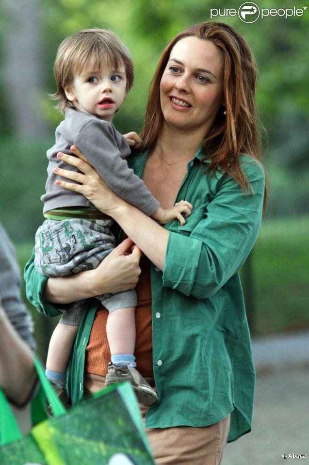 Alicia Silverstone avec son fils Bear Blu, né en mai 2011, sur le plateau de la comédie  Gods Behaving Badly  à New York, le 19 septembre 2012.