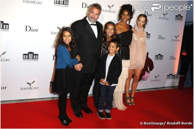 Luc Besson et son épouse Virginie Silla, entourés de leurs filles Thalia et Sateen, de leur fils Mao, ainsi que de la fille de Luc, Juliette, lors de la soirée d'inauguration de la Cite du Cinéma à Saint Denis le 21 septembre 2012
