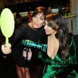 Kim Kardashian et sa mère Kris Jenner assistent à la présentation de la marque Midori Makeover Parlour au magasin Fred Segal à Los Angeles, le 25 septembre 2012