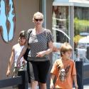PHOTOS : Natasha Henstridge, 'La Mutante' fait son shopping en famille!