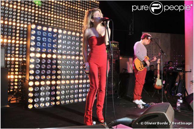Cécile Cassel, sexy en rouge, animait l'inauguration de l'exposition Chloé.Attitudes au Palais de Tokyo. Paris, le 28 septembre 2012.