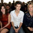 Pierre Niney entouré de Lou Lesage et Virginie Efira au défilé Printemps-Été John Galliano à La Cité de la Mode et du Design à Paris, le 30 septembre 2012.
